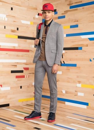 Come indossare e abbinare: abito di lana grigio, polo marrone, sneakers basse in pelle nere, zaino di tela rosso