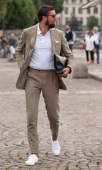 Come indossare e abbinare: abito marrone chiaro, polo bianco, sneakers basse di tela bianche, pochette in pelle nera