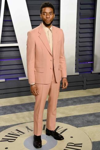 Come indossare e abbinare: abito rosa, camicia elegante beige, stivali chelsea in pelle neri