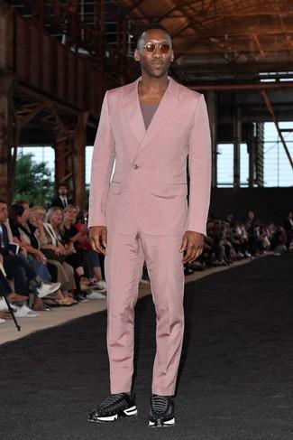 Come indossare: abito rosa, t-shirt girocollo viola melanzana, scarpe sportive nere, occhiali da sole marroni