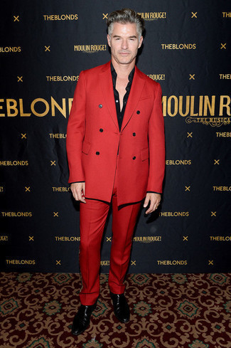 Trend da uomo in modo formale: Scegli un abito rosso e una camicia elegante nera per essere sofisticato e di classe. Abbina questi abiti a un paio di stivali chelsea in pelle neri.