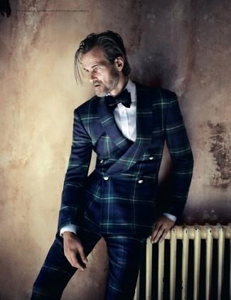 Come indossare e abbinare: abito scozzese blu scuro, camicia elegante bianca, papillon di velluto nero