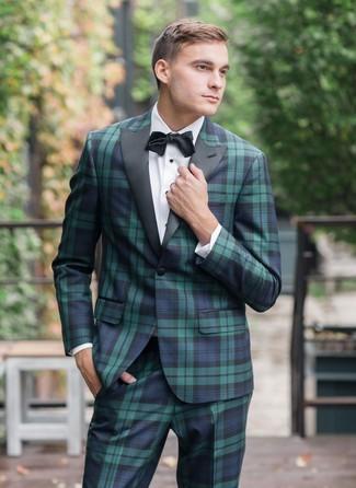 Come indossare e abbinare: abito scozzese blu scuro e verde, camicia elegante bianca, papillon nero