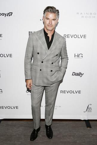 Trend da uomo in modo formale: Combina un abito scozzese grigio con una camicia elegante nera come un vero gentiluomo. Per distinguerti dagli altri, prova con un paio di stivali chelsea in pelle neri.
