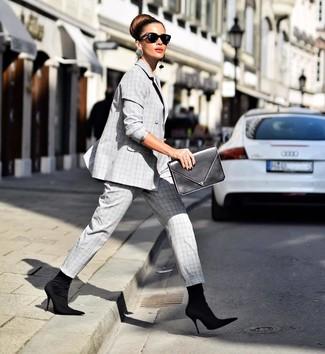 Come indossare e abbinare un abito scozzese grigio: Metti un abito scozzese grigio per un look elegante ma non troppo appariscente. Questo outfit si abbina perfettamente a un paio di stivaletti elasticizzati neri.