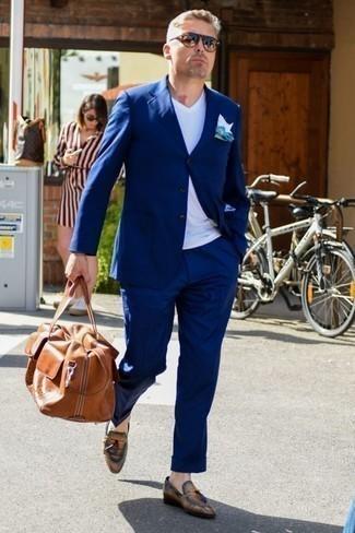 Moda uomo anni 30: Scegli un outfit composto da un abito blu scuro e una t-shirt con scollo a v bianca per un drink dopo il lavoro. Indossa un paio di mocassini con nappine in pelle terracotta per un tocco virile.