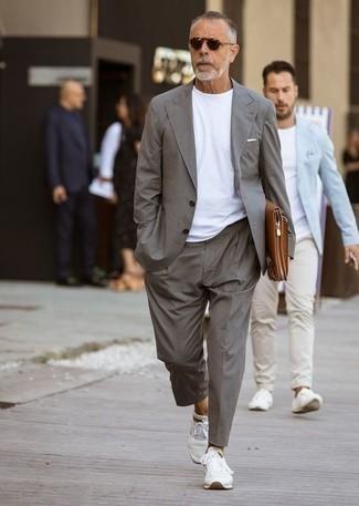 Trend da uomo 2020: Indossa un abito grigio con una t-shirt girocollo bianca per un look elegante ma non troppo appariscente. Non vuoi calcare troppo la mano con le scarpe? Mettiti un paio di scarpe sportive bianche per la giornata.