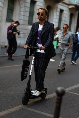 Come indossare: abito a righe verticali nero, t-shirt girocollo stampata bianca, sneakers basse in pelle bianche, borsa shopping di tela stampata nera