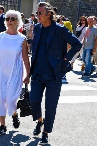 Come indossare e abbinare un abito blu scuro: Metti un abito blu scuro e una t-shirt girocollo blu scuro per un drink dopo il lavoro. Per distinguerti dagli altri, scegli un paio di sneakers basse di tela blu scuro e bianche.