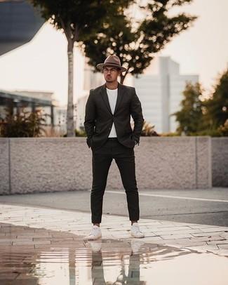Come indossare e abbinare occhiali da sole trasparenti: Una giornata impegnativa richiede un outfit semplice ma elegante, come un abito nero e occhiali da sole trasparenti. Sneakers basse di tela bianche sono una splendida scelta per completare il look.