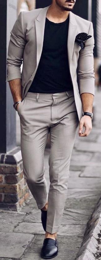 Come indossare: abito grigio, t-shirt girocollo nera, sneakers senza lacci in pelle nere, fazzoletto da taschino a pois nero e bianco