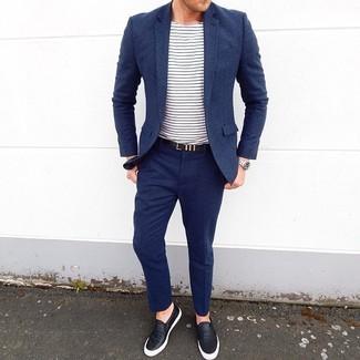 Come indossare e abbinare: abito di lana blu scuro, t-shirt girocollo a righe orizzontali bianca e blu scuro, sneakers senza lacci in pelle nere, cintura in pelle nera