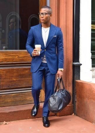 Come indossare e abbinare scarpe derby in pelle nere: Abbina un abito blu con una t-shirt manica lunga grigia per essere elegante ma non troppo formale. Prova con un paio di scarpe derby in pelle nere per dare un tocco classico al completo.