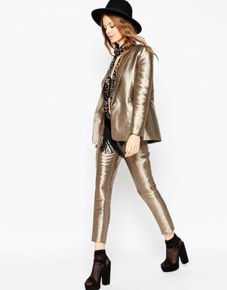 Sfrutta gli abiti più adatti al tempo libero con questa combinazione di un top corto nero e un abito. Scegli uno stile classico per le calzature e prova con un paio di sandali con tacco in pelle scamosciata pesanti neri.