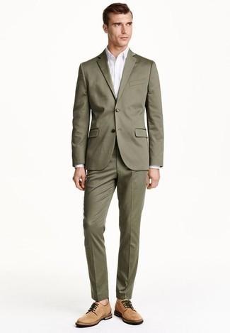 Trend da uomo 2020: Prova ad abbinare un abito verde oliva con una camicia elegante bianca per essere sofisticato e di classe. Non vuoi calcare troppo la mano con le scarpe? Mettiti un paio di scarpe derby in pelle scamosciata marrone chiaro per la giornata.