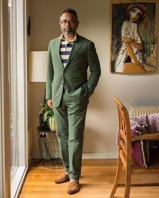 Trend da uomo 2020: Indossa un abito verde oliva con un polo a righe orizzontali bianco e blu scuro per un abbigliamento elegante ma casual. Un bel paio di mocassini eleganti in pelle scamosciata marroni è un modo semplice di impreziosire il tuo look.