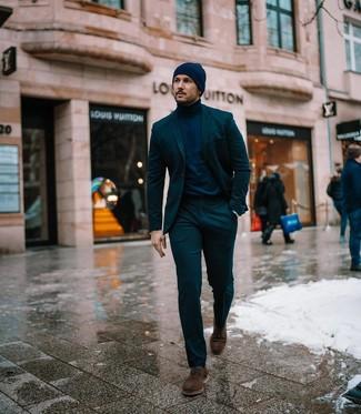 Come indossare e abbinare: abito verde scuro, dolcevita blu scuro, scarpe derby in pelle scamosciata marrone scuro, berretto blu scuro