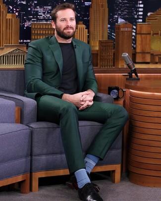 Come indossare e abbinare: abito verde scuro, maglione girocollo nero, scarpe oxford in pelle nere, calzini blu