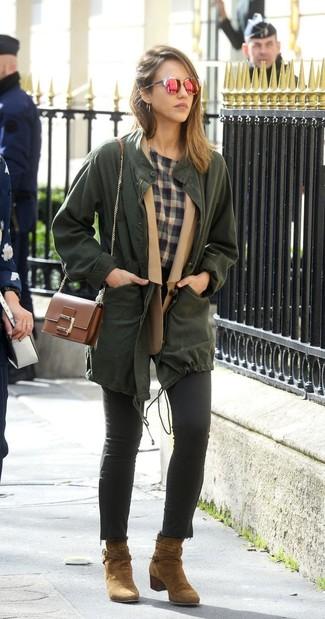 Come indossare: anorak verde scuro, blazer di lana marrone chiaro, t-shirt girocollo scozzese grigia, jeans aderenti neri