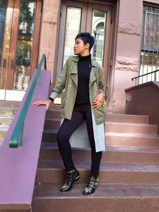Come indossare e abbinare: anorak verde oliva, cardigan aperto grigio, dolcevita nero, pantaloni skinny neri
