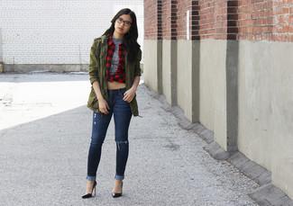 Come indossare e abbinare: anorak verde oliva, dolcevita senza maniche grigio, camicia elegante a quadretti rossa e nera, jeans aderenti strappati blu