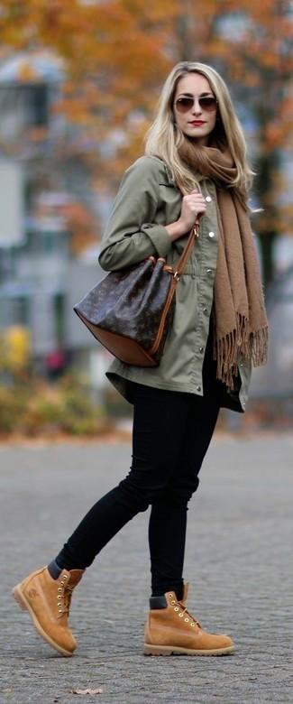 Come indossare e abbinare: anorak verde oliva, jeans aderenti neri, stivaletti con lacci in pelle scamosciata marrone chiaro, borsa a secchiello in pelle marrone scuro