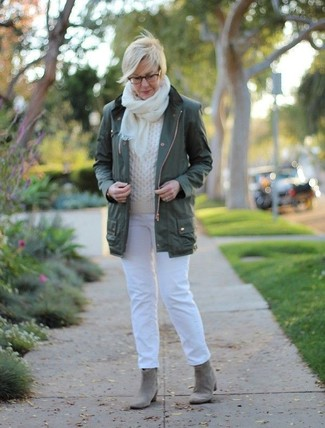Come indossare: anorak verde scuro, maglione a trecce bianco, jeans bianchi, stivaletti in pelle scamosciata grigi