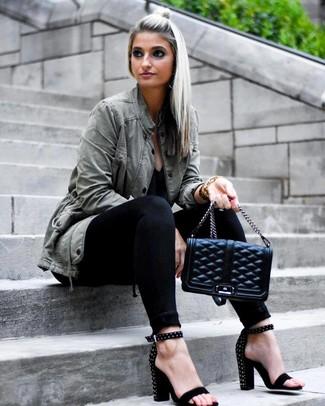 Come indossare e abbinare: anorak verde oliva, t-shirt con scollo a v nera, jeans aderenti neri, sandali con tacco in pelle scamosciata con borchie neri
