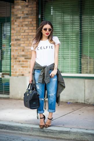 Come indossare: anorak verde scuro, t-shirt girocollo stampata bianca e nera, jeans boyfriend strappati blu, décolleté in pelle scamosciata leopardati marroni