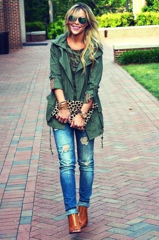 Come indossare: anorak verde scuro, t-shirt girocollo mimetica verde scuro, jeans strappati blu, stivaletti in pelle tagliati terracotta