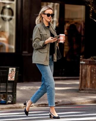Look alla moda per donna: Anorak verde oliva, T-shirt girocollo nera, Jeans blu, Décolleté in pelle neri