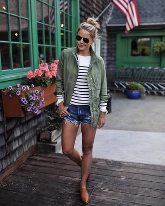 Come indossare e abbinare: anorak verde oliva, maglione girocollo a righe orizzontali bianco e nero, pantaloncini di jeans blu, mocassini eleganti in pelle marroni