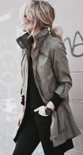Come indossare e abbinare: anorak verde oliva, t-shirt manica lunga nera, jeans aderenti neri, orologio in ceramica nero