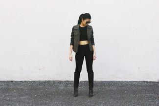 Come indossare e abbinare: anorak verde oliva, top corto nero, pantaloni skinny neri, stivali al ginocchio in pelle neri