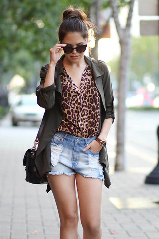 Come indossare: anorak verde scuro, camicetta manica lunga leopardata marrone chiaro, pantaloncini di jeans strappati azzurri, borsa a tracolla in pelle nera