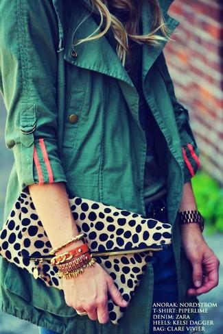 Come indossare: anorak verde scuro, t-shirt girocollo mimetica, jeans blu scuro, pochette leopardata beige