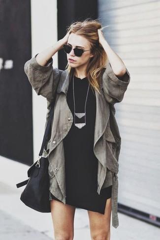Come indossare e abbinare: anorak verde oliva, vestito aderente nero, borsa a tracolla in pelle nera, collana nera