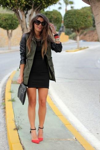 Come indossare e abbinare: anorak verde oliva, vestito aderente nero, décolleté in pelle scamosciata fucsia, pochette in pelle con borchie nera