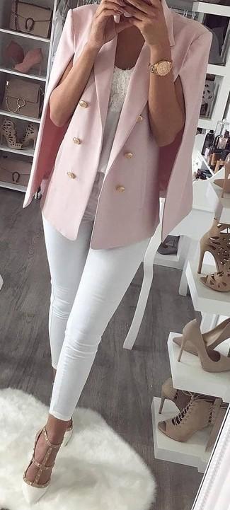 Come indossare e abbinare: blazer a mantella rosa, canotta di pizzo bianca, jeans aderenti bianchi, décolleté in pelle con borchie bianchi