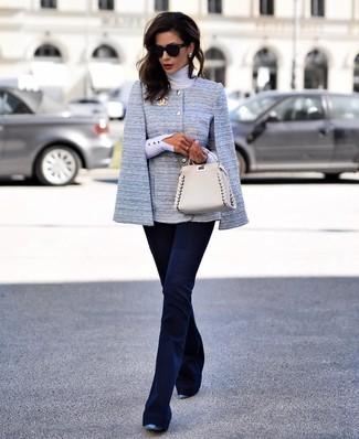 Come indossare: blazer a mantella azzurro, dolcevita bianco, pantaloni a campana blu scuro, décolleté in pelle blu