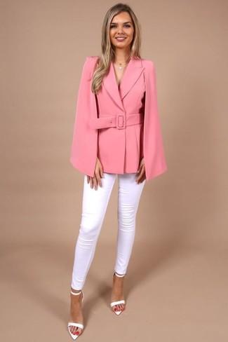 Come indossare e abbinare: blazer a mantella fucsia, jeans aderenti bianchi, sandali con tacco in pelle bianchi