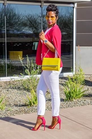 Come indossare e abbinare: blazer a mantella fucsia, t-shirt girocollo bianca, jeans bianchi, sandali con tacco in pelle fucsia