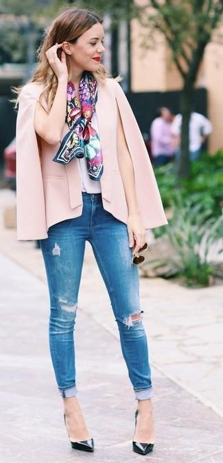 Come indossare e abbinare: blazer a mantella rosa, top senza maniche di seta bianco, jeans aderenti strappati blu, décolleté in pelle neri