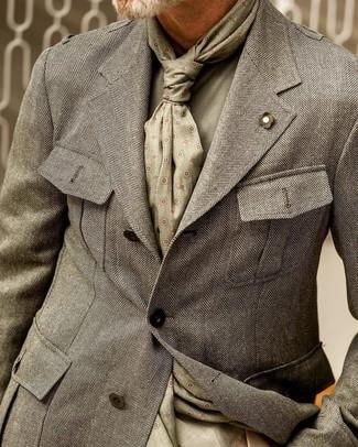 Come indossare e abbinare: blazer a spina di pesce grigio, maglione girocollo verde oliva, sciarpa stampata verde oliva