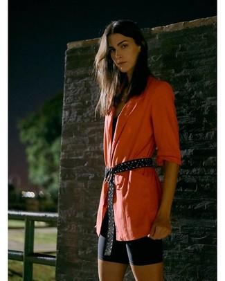 Come indossare: blazer arancione, canotta nera, pantaloncini ciclisti neri, cintura in pelle scamosciata con borchie nera