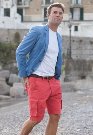 Come indossare: blazer azzurro, t-shirt girocollo bianca, pantaloncini fucsia, cintura in pelle tessuta marrone scuro
