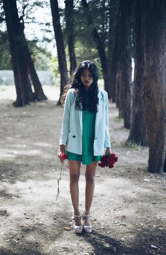 Un vestito a trapezio verde e un vestito a trapezio verde metteranno in luce il tuo gusto per gli abiti di sartoria. Perché non aggiungere un paio di sandali con zeppa in pelle rosa per un tocco più rilassato?