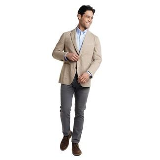 Come indossare e abbinare: blazer beige, camicia a maniche lunghe azzurra, chino grigio scuro, chukka in pelle marrone scuro