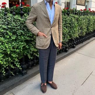Come indossare e abbinare: blazer scozzese beige, camicia elegante azzurra, pantaloni eleganti blu scuro, mocassini eleganti in pelle scamosciata marrone scuro