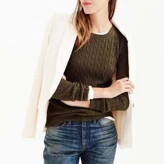 Come indossare e abbinare un maglione girocollo verde oliva: Abbina un maglione girocollo verde oliva con jeans boyfriend blu scuro per un'atmosfera casual-cool.